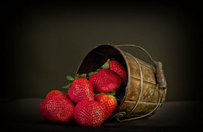 Erdbeeren im Eimer