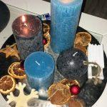 Adventskranz blaue und graue Kerzen