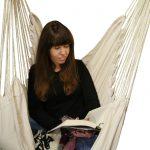 Ich sitzend im Hängesessel mit einem Buch